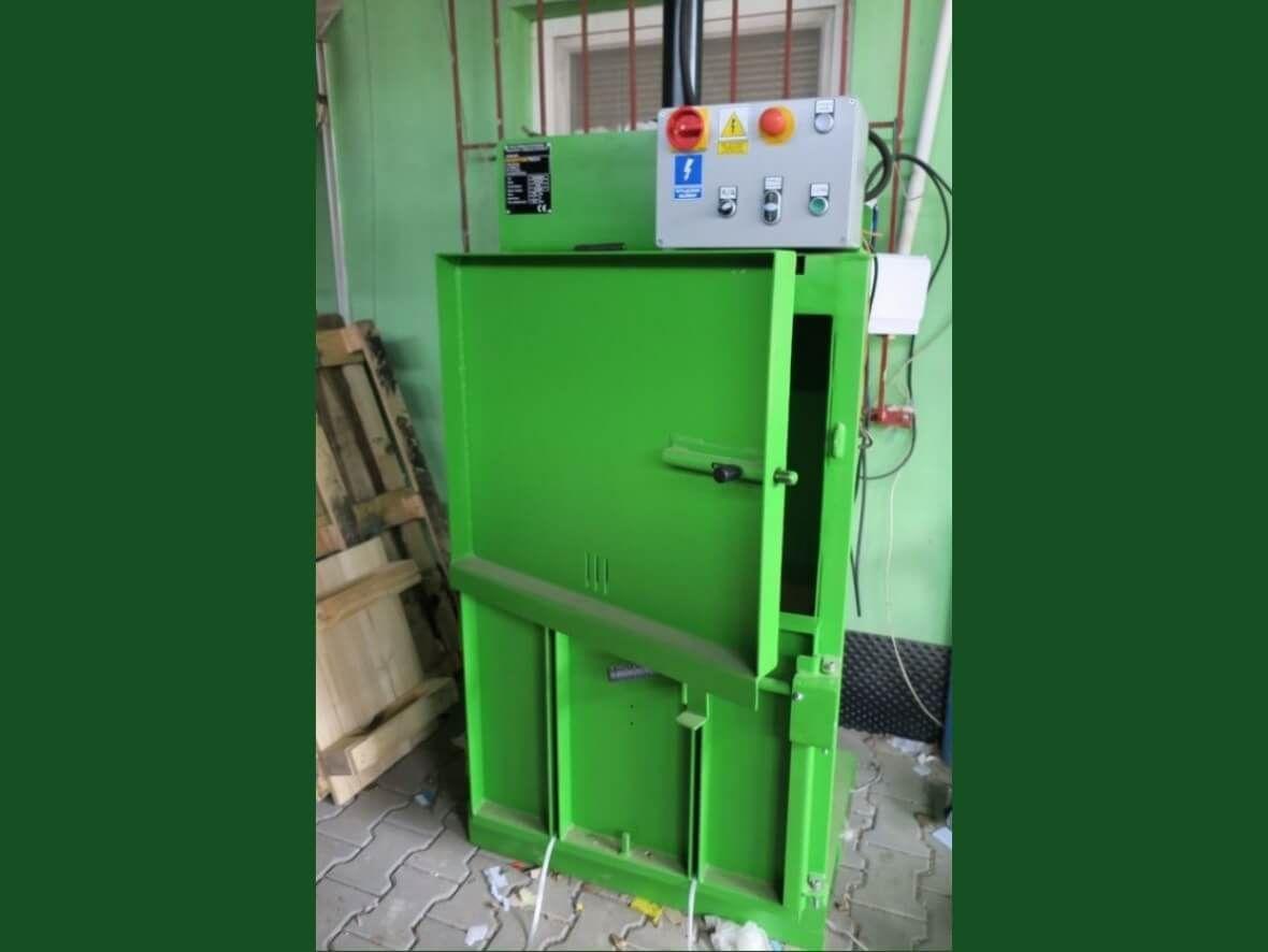Hydraulic baler machine for paper, cardboard, plastic